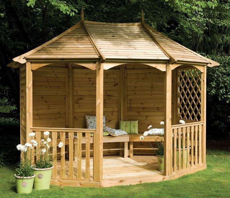 Gazebo costruito in legno.