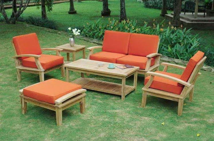 Sedie e tavoli in arancione