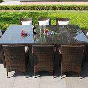 Ampio tavolo con sedie per esterni