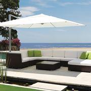 divano in rattan con ombrellone a bordo piscina