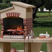 Un classico barbecue da giardino realizzato in muratura