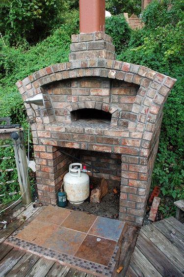 Un barbecue in muratura realizzato con mattoni refrattari