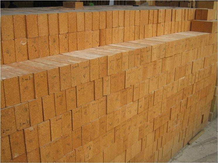 Una muratura in mattoni refrattari