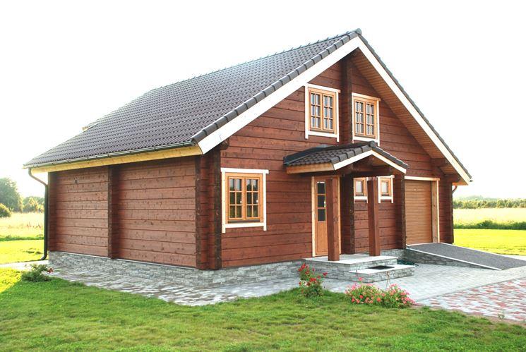 Una casa in legno da giardino per attrezzi