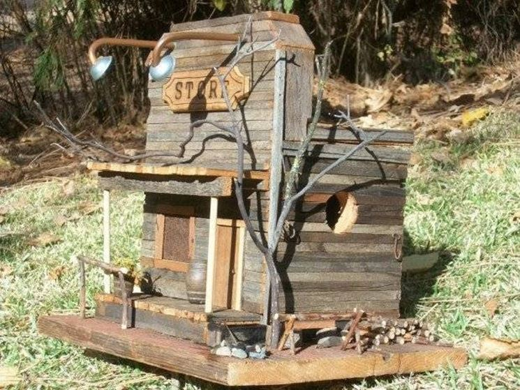 Originale casetta in legno per uccellini