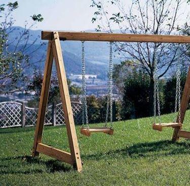 Le altalene in legno pur presentando un aspetto in grado di fondersi