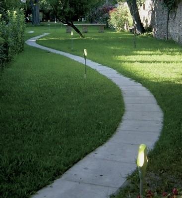Lampade da esterno illuminazione giardino come for Arredamento da giardino prato