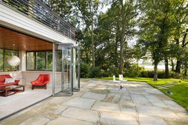 giardino con soggiorno/veranda