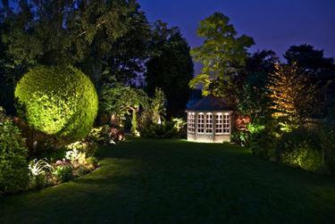 Giardino con illuminazione notturna