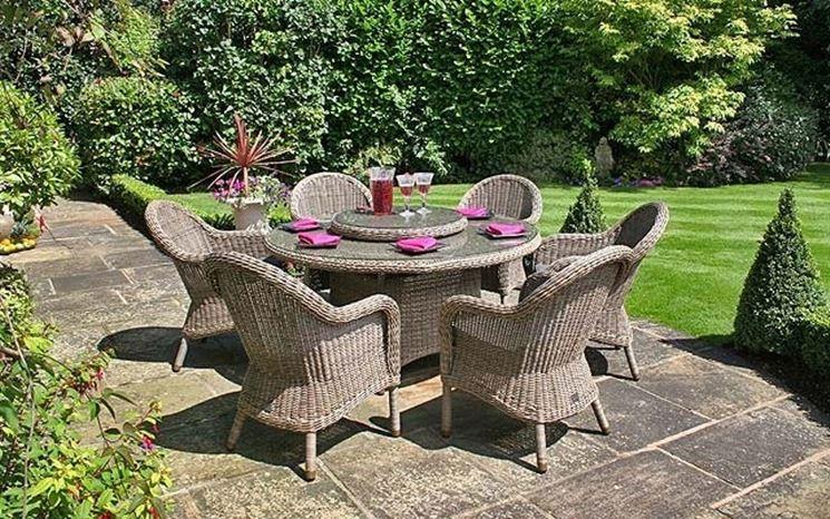 Tavolo e sedie in vimini