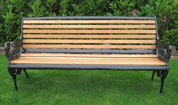 Un'elegante panchina da giardino