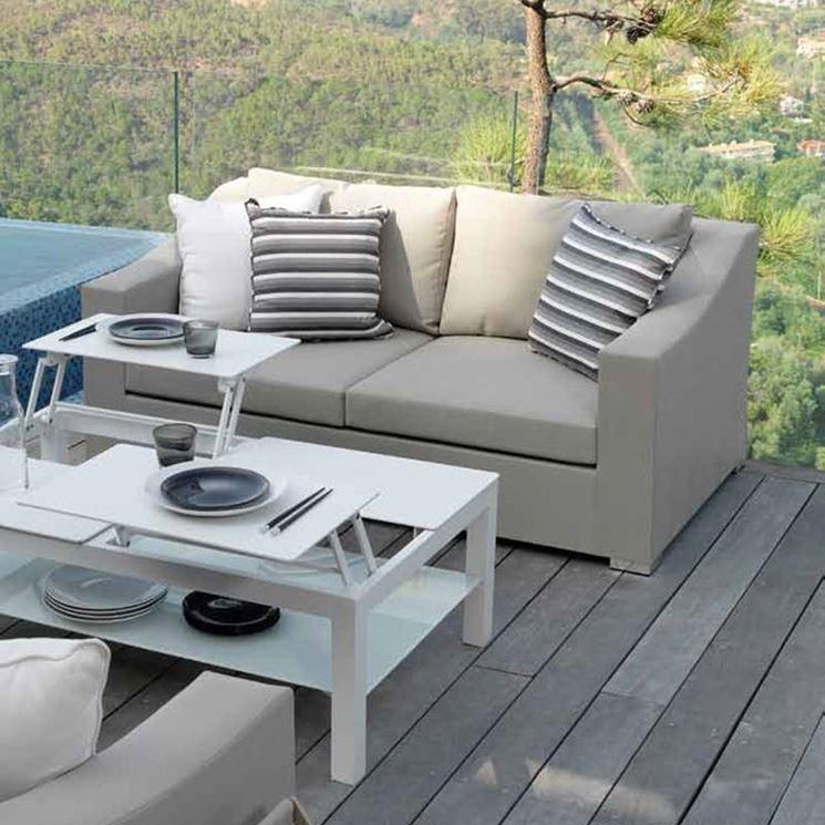 Esempio di disposizione armoniosa dei mobili da giardino.