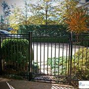 Un cancello decorativo in giardino