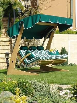 Dondoli da giardino mobili da giardino for Arredamento da giardino prato