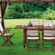 Tavolo e sedie in legno per esterno