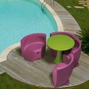 Mobili in plastica per giardino con forme arrotondate e colori vivaci.