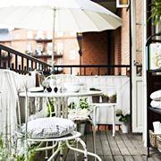 Soluzione d'arredo in perfetto stile shabby chic, o provenzale, per un delizioso spazio esterno di piccole dimensioni in contesto urbano. (Fonte: design-ideas.dressesdesignsdecors.com)