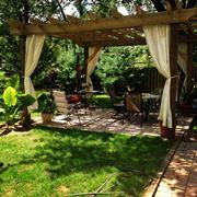 Pergole e tettoie sono il luogo ideale per ripararsi dalla calura estiva