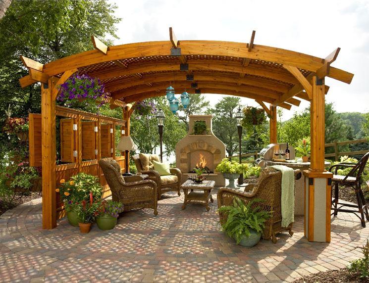 Una pergola da giardino trasformata in un salotto da esterno