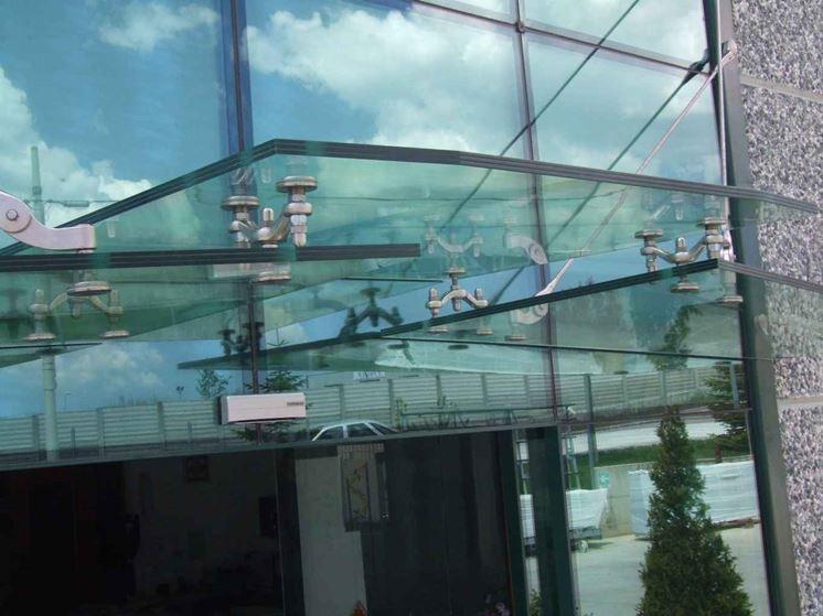 Pensilina con forma particolare in vetro e acciaio