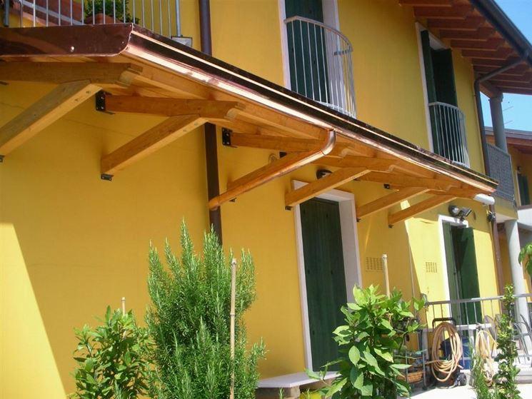 Pensiline in legno pergole e tettoie da giardino for Come costruire una casa modello in legno