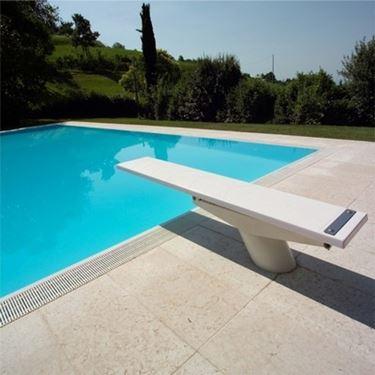 piscina con trampolino