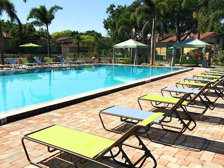 Lettini da piscina piscine vari tipi di lettini per piscina - Piscine per giardino ...