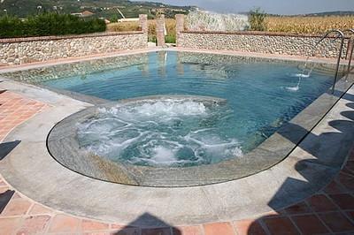 Piscina con idromassaggio piscine for Arredamento piscine