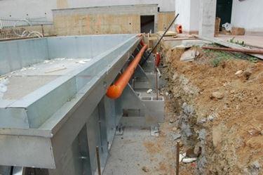 piscina prefabbricata in costruzione