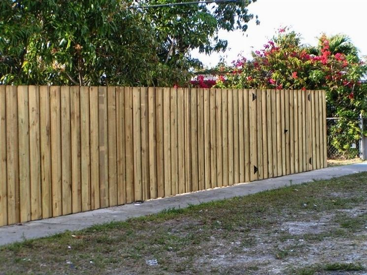 recinzione in legno grezzo