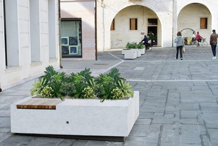 Fioriera in cemento per l'arredo urbano