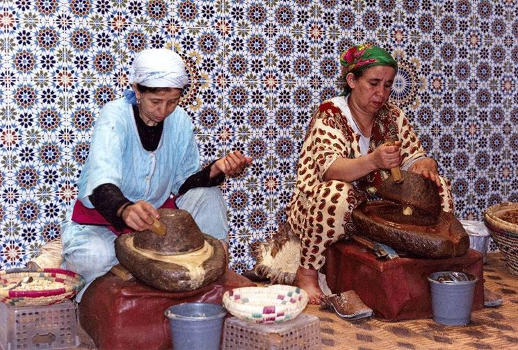 Donne intente all'estrazione dell'olio d'Argan