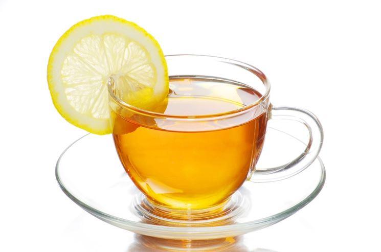 Una tazza di tisana al limone aiuta la digestione