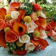 Composizione di calle e rose arancioni
