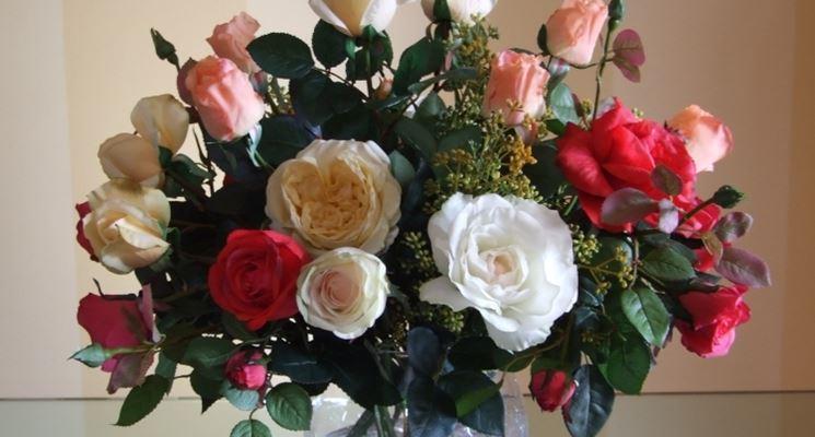 Composizione di fiori artificiali con rose