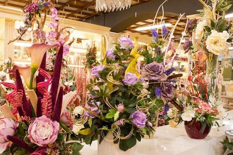 Diverse composizioni di fiori artificiali in un negozio