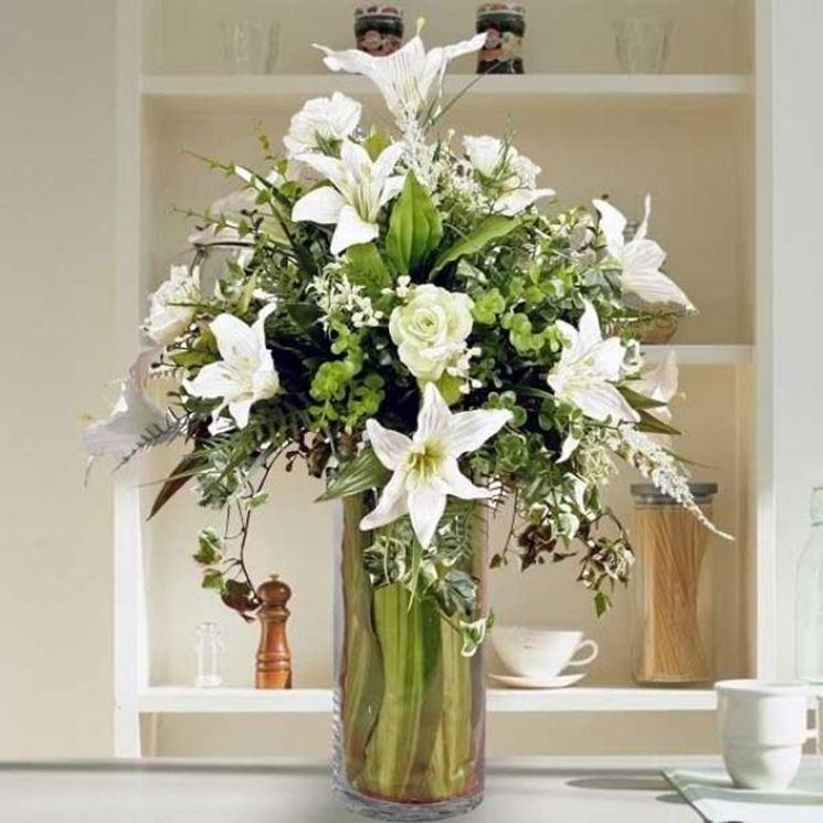 Composizione di fiori artificiali con rose e gigli