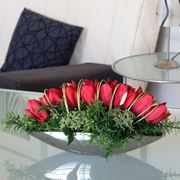 Composizione con fiori artificiali di seta