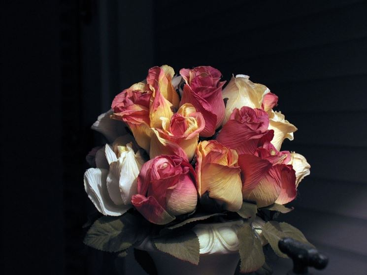 Composizione creata con fiori di plastica
