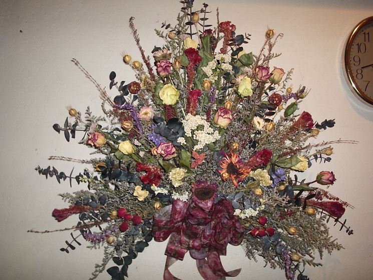 Composizioni floreali finte composizioni di fiori - Centrotavola natalizi con fiori finti ...