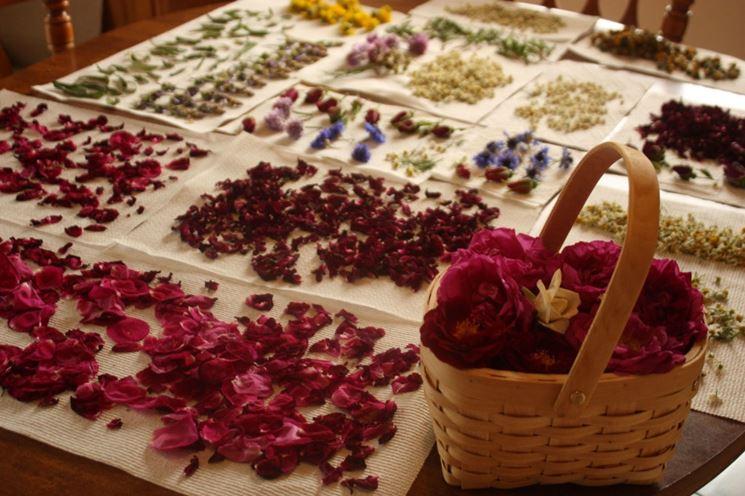 composizioni di fiori finti di carta e di stoffa