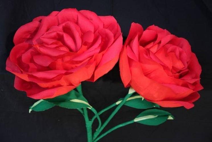 Rose rosse di carta crespa