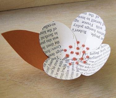 Fiore con carta di libro