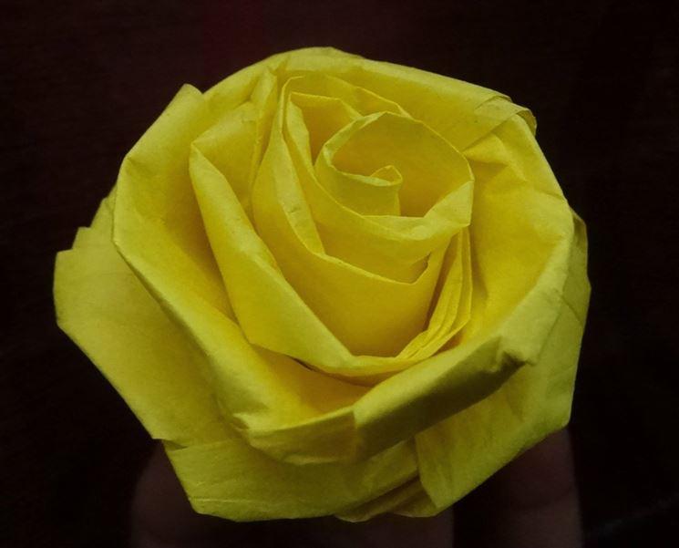 Realizzazione di un fiore di carta crespa