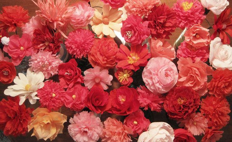 Tanti fiori di carta colorati