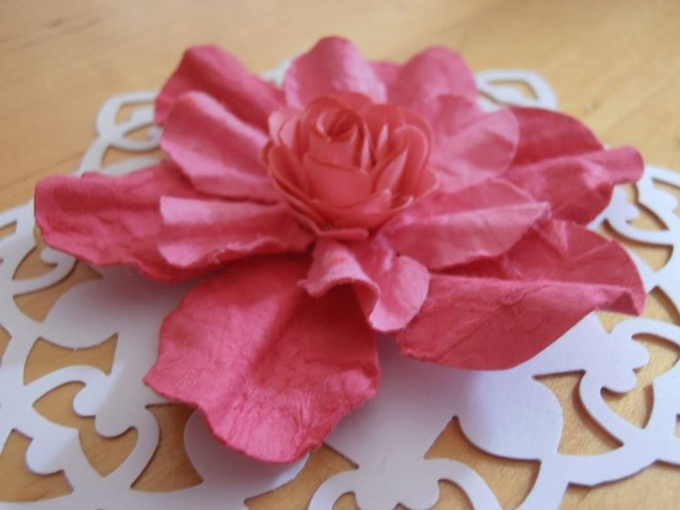 Fiore in cartapesta rosa