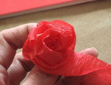 Come arrotolare la carta crespa per fare la rosa