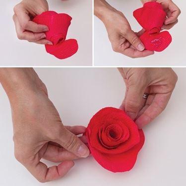 tappare il fondo della rosa di carta come nell'immagine
