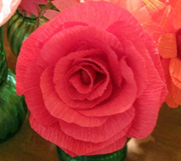 una rosa di carta crespa