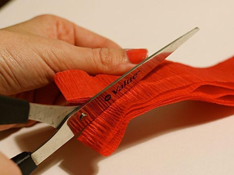 forbici e carta crespa sono gli strumenti fondamentali per realizzare questa piccola opera